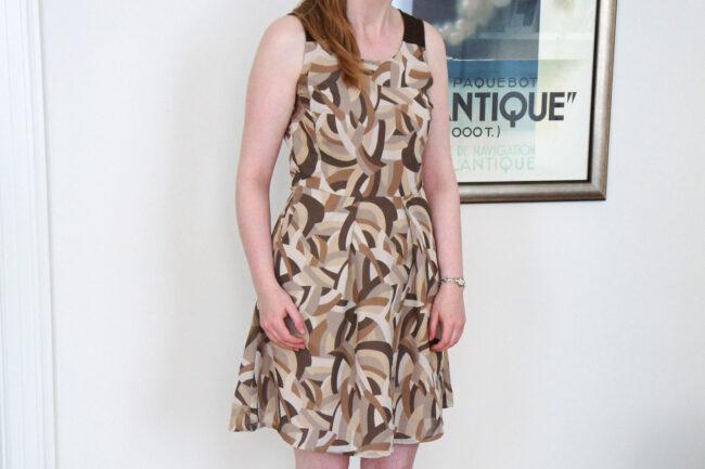 Brun og beige mønstret kjole