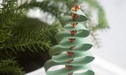 DIY: Svingende juletræ i papirstrimler