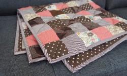 Pink og brunt baby patchworktæppe