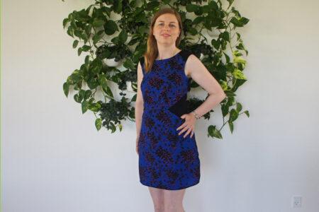 Blå kjole med sorte detaljer
