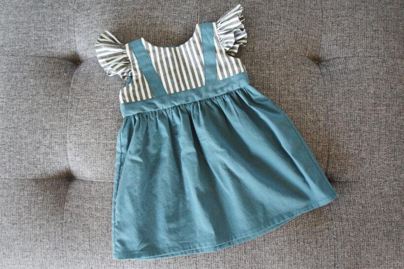 Babykjole med seler og striber