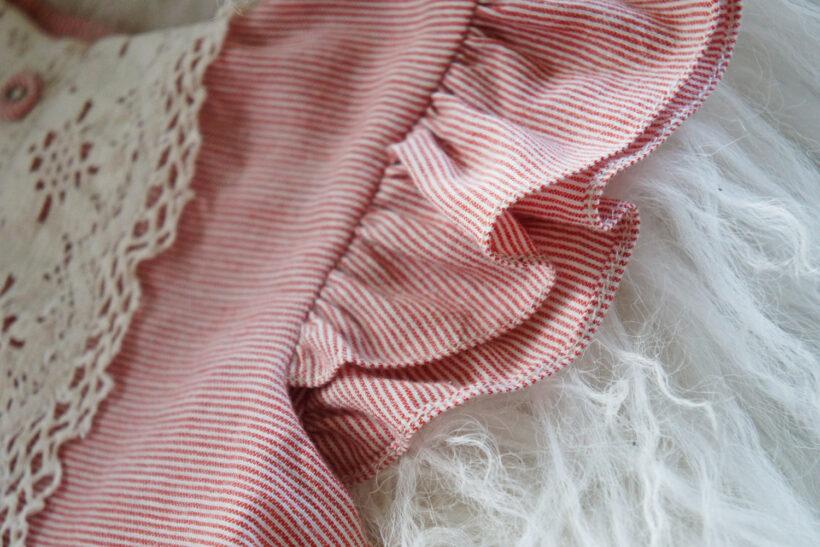 Rødstribet babykjole