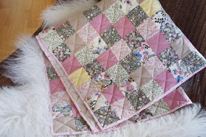 Lyserødt patchwork babytæppe