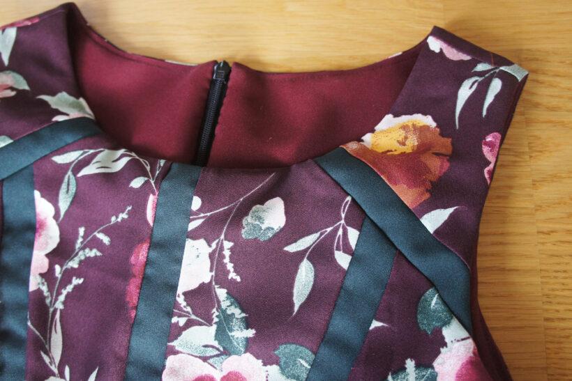 Bordeaux kjole med striber