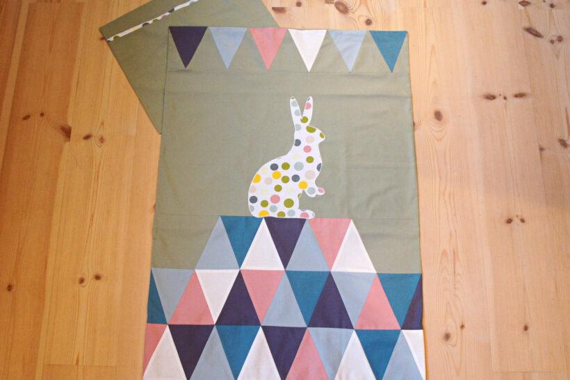 Babysengetøj med prikket kanin
