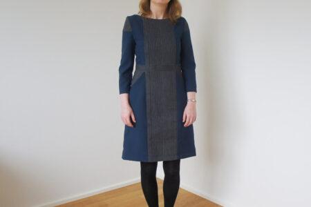 Blå og grå-stribet kjole