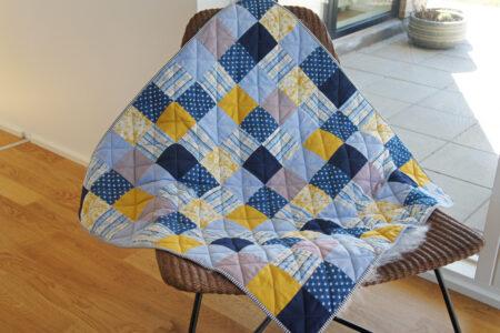 Blåt og gult patchwork babytæppe
