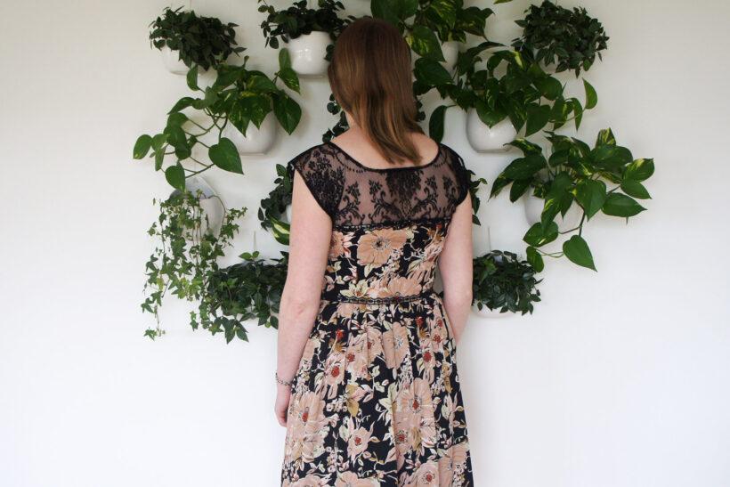 Blomstret kjole med blonder