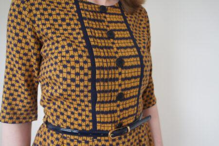 Marineblå og karrygul kjole