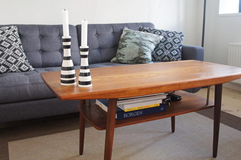 Indretnign med teaktræ sofabord