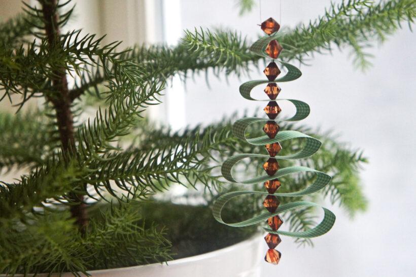 DIY julepynt: Svingende juletræ af papirstrimler