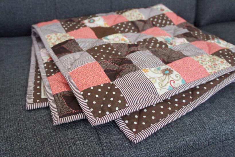 Pink og brunt patchwork babytæppe
