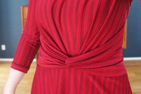 Rød-stribet knude-kjole