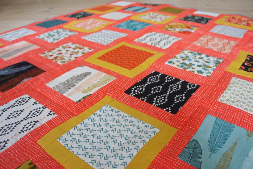 Farverigt patchworktæppe af charm pack