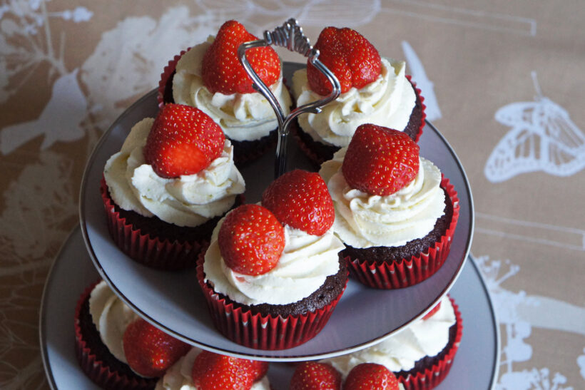sommercupcakes med jordbær og flødeskum