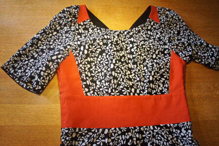 Sort og hvid kjole med orange detaljer