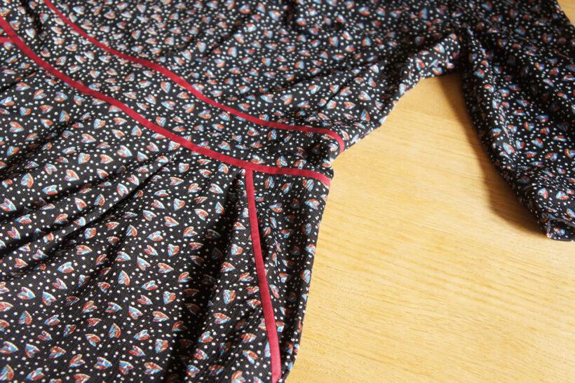Sort prikket kjole